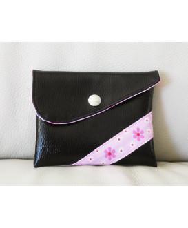Pochette de rangement en simili cuir noir pour masques en tissu. Fleurs roses